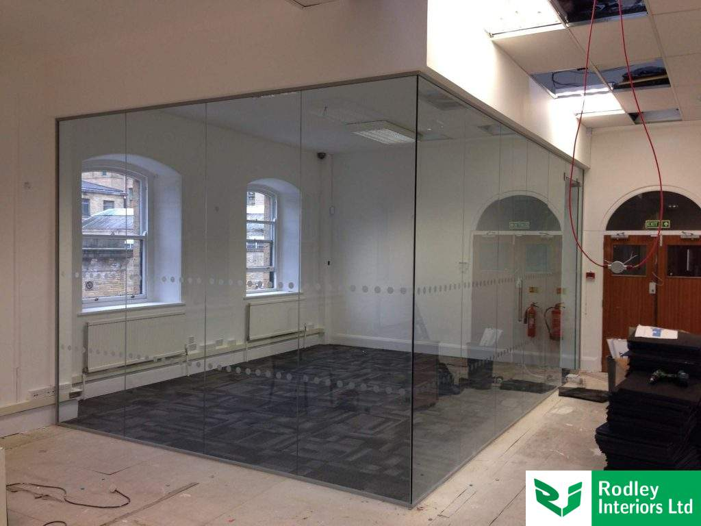 Corner office using glass partitioning