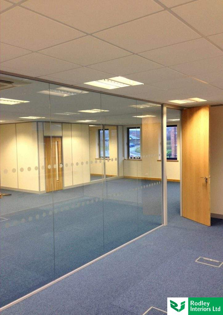 Single glazed partitioning with silicone joints for the glazing.