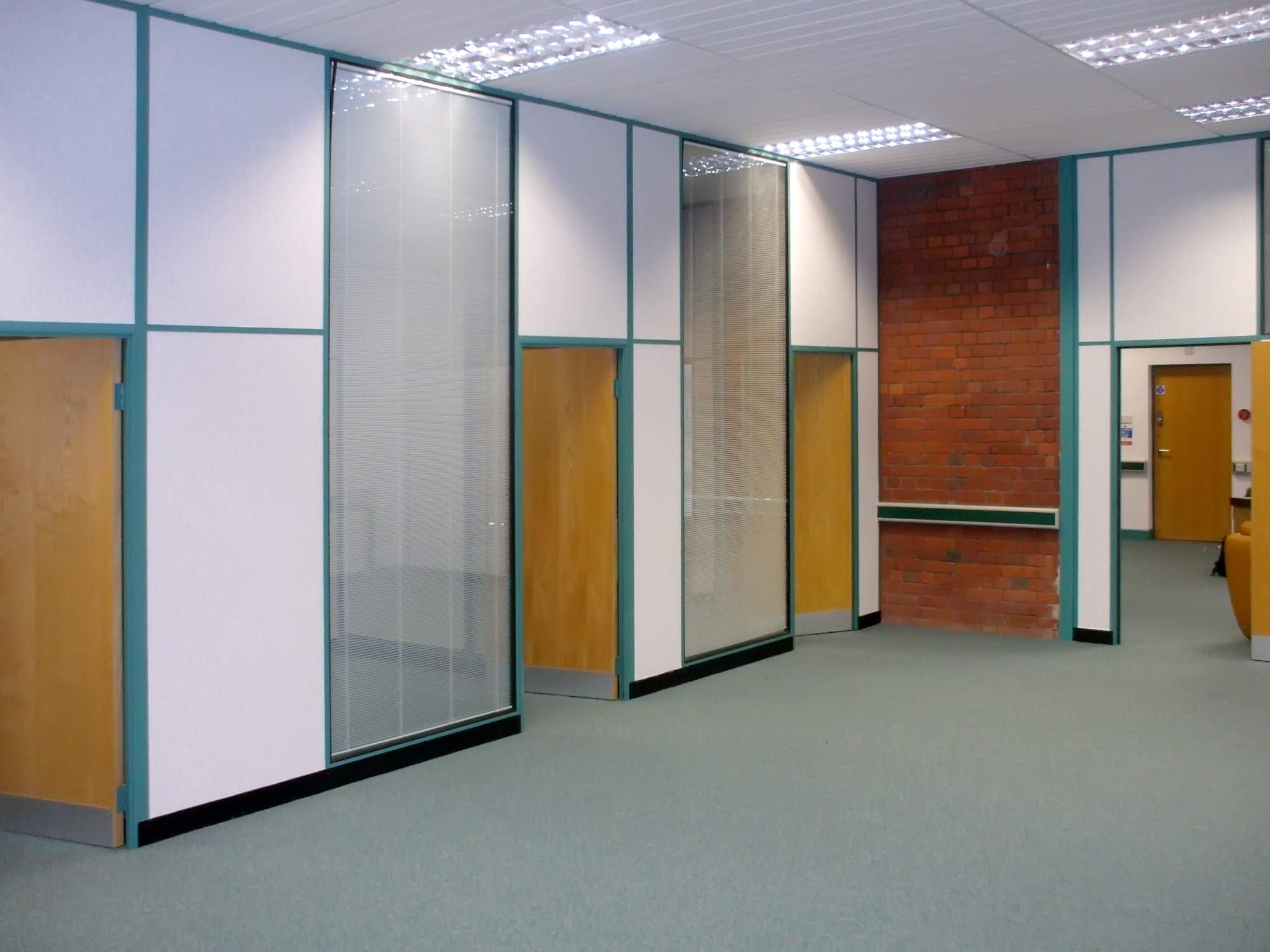 01 - 50mm partitioning forming individual offices with transom at ...