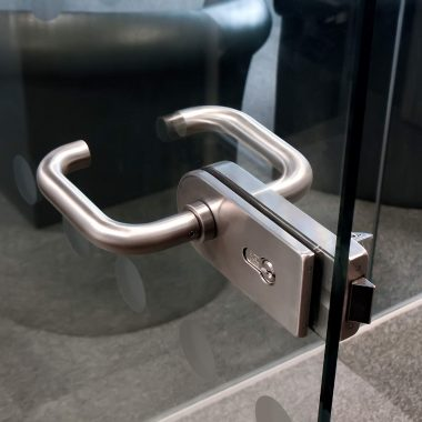 door handle for glazed partitioning
