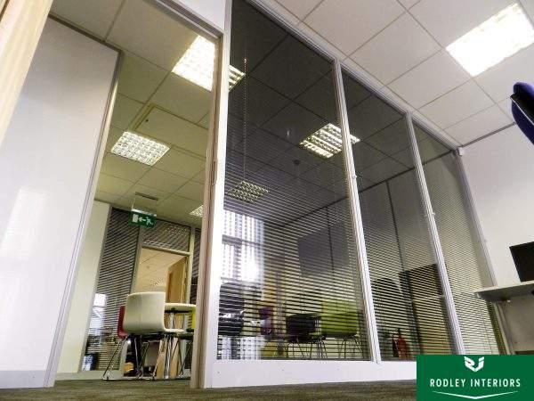 Laminated glass wall partitioning