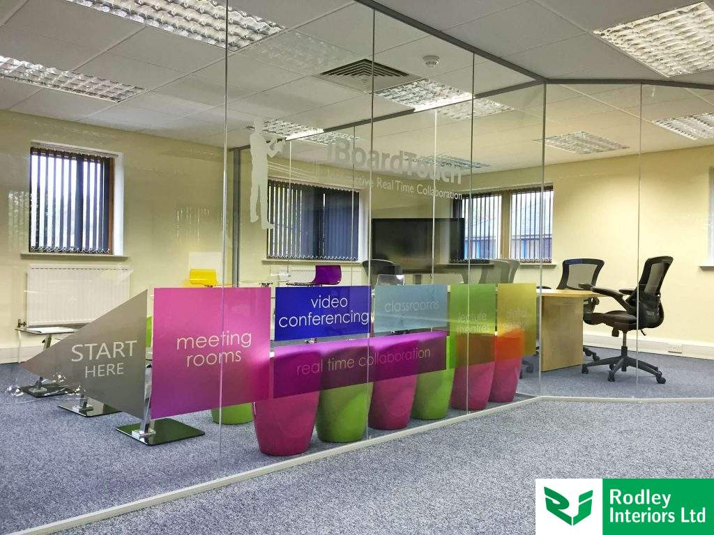 Coloured glazing manifestation