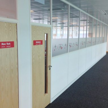 Dividing wall with glass and solid partitions