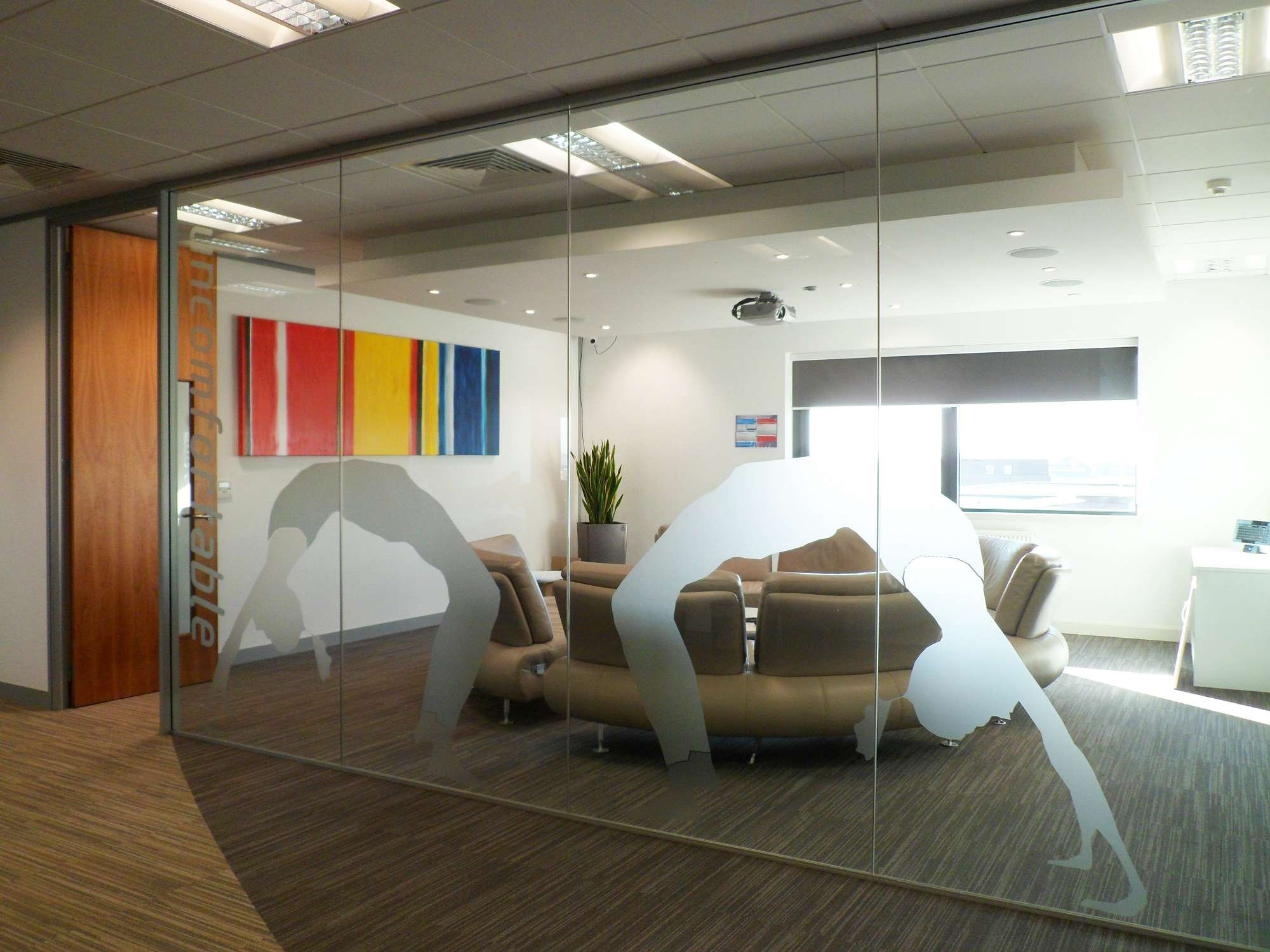 Frameless glass partitioning: a high quality solution for your office