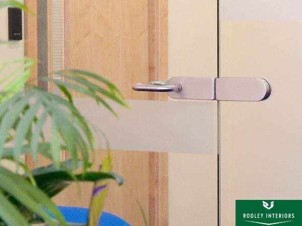 frameless-glass-door-and-handle-detail-installed-in-leeds
