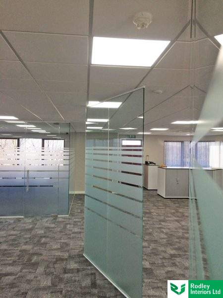 Free-standing glass office panels