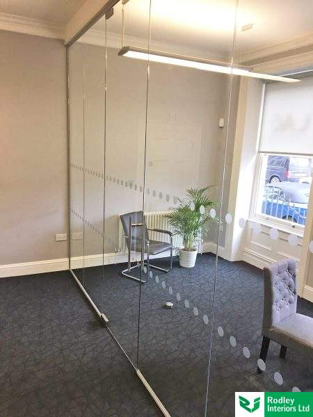 Frameles glass partitioning