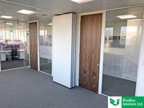 Meeting rooms with open dividing movable wall